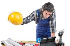 Un trabajador joven está enojado Imagen de archivo libre de regalías