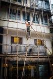 Un trabajador que construye un andamio de bambú en Hong-Kong, China Imágenes de archivo libres de regalías