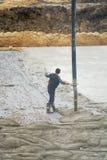 Un trabajador vierte el hormigón mediante la bomba concreta automotriz Da una señal de mano al operador de la bomba concreta pour fotos de archivo libres de regalías