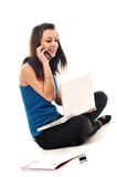 Un trabajo de la chica joven sobre la computadora portátil aislada en blanco Fotografía de archivo libre de regalías
