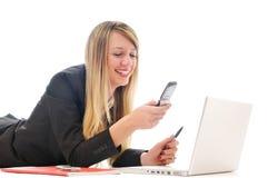 Un trabajo de la chica joven sobre la computadora portátil aislada en blanco Fotos de archivo libres de regalías