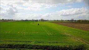 Un tracteur dans un domaine ce pulvérise des pesticides banque de vidéos