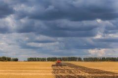 Un tracteur moderne orange photographie stock libre de droits