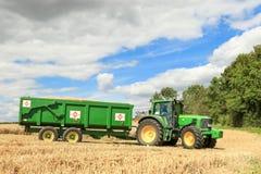 Un tracteur vert moderne de John Deere Photographie stock libre de droits