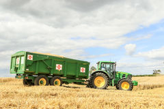 Un tracteur vert moderne de John Deere 6190r Photos stock