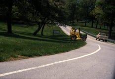 Un tractor cruza encima un camino en Beltsville fotos de archivo libres de regalías
