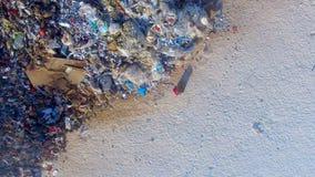 Un tractor de la niveladora del compresor del vertido nivela una pila de la basura metrajes
