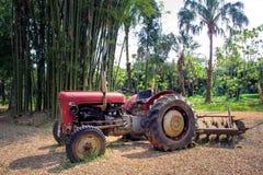 Un tractor rojo en las tierras de labrantío Imágenes de archivo libres de regalías