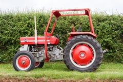 Un tractor rojo viejo de ferguson 148 del massey del vintage Fotos de archivo libres de regalías