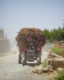 Un tractor sobrecargado en Kandahar Afganistán imagen de archivo