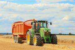 Un tractor verde moderno de John Deere Imágenes de archivo libres de regalías