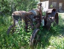 Un tractor viejo, jubilado del campo Fotos de archivo