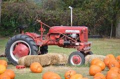 Un tractor y calabazas imagen de archivo