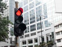 Un traffico della luce rossa in strada principale di Hong Kong fotografia stock libera da diritti