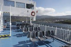 Un traghetto arriva all'isola di Andros immagini stock