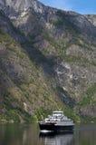 Un traghetto nel Nearofjord Fotografia Stock Libera da Diritti