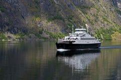Un traghetto nel Nearofjord Immagini Stock Libere da Diritti