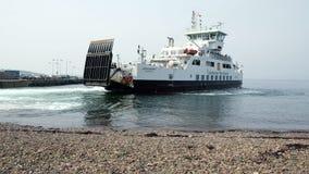 Un traghetto scozzese che entra in pilastro dei largs