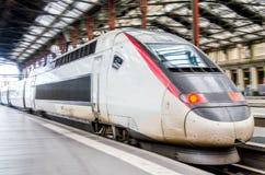 Un train à grande vitesse rouge et blanc Photos stock