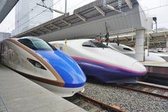 Un train de balle ultra-rapide de Shinkansen de la série bleue E7 et blanche Image libre de droits