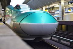 Un train de balle ultra-rapide vert de la série E5 Shinkansen Photo libre de droits