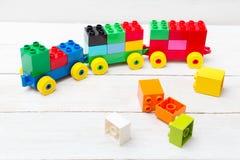 Un train de jouet des cubes de lego sur un fond en bois éducatif photographie stock