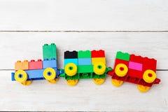 Un train de jouet des cubes de lego sur un fond en bois éducatif Photos libres de droits