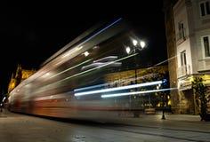 Un train de ville se déplaçant au cours de la nuit photographie stock