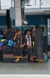 Un train de voyageurs arrive sur la plate-forme Photos stock