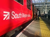 Un train occidental du sud à la station de waterloo photo stock