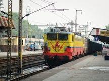 Un train s'arrêtant à la station à Delhi, Inde Photos stock