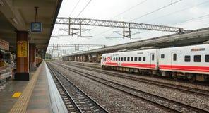 Un train s'arrêtant à la station à Taichung, Taïwan Images stock