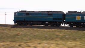 Un train sur un désert banque de vidéos