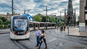 Un tram avec le monument du ` s de Sir Walter Scott à l'arrière-plan à princes Street photos libres de droits