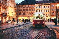 Un tram ceco rosso tradizionale a Praga immagini stock libere da diritti
