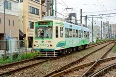 Un tram che funziona nelle vie fotografia stock