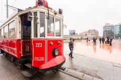 Un tram dans la place de Taksim, Istanbul, Turquie photo stock