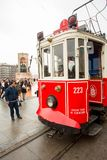 Un tram dans la place de Taksim, Istanbul, Turquie photos libres de droits