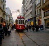 Un tram historique sur l'avenue d'Istiklal Image stock