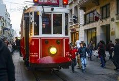 Un tram historique sur l'avenue d'Istiklal Images libres de droits