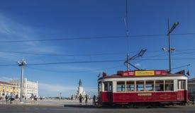 Un tram rouge dans Praça font Comércio, Lisbonne, Portugal images stock