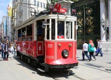 Un tram rouge historique devant le lycée de Galatasaray à l'extrémité du sud de l'avenue istiklal Images libres de droits