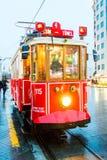 Un tram sous la pluie images libres de droits