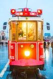 Un tram sous la pluie images stock