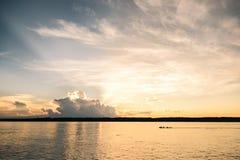 Un tramonto al fiume di Javari con il verro che passa vicino fotografia stock libera da diritti