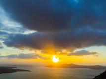 Un tramonto alla città di Fira, con la vista della caldera, vulcano Fotografia Stock