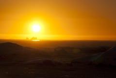 Un tramonto arancione sopra l'oceano di inverno. Fotografia Stock