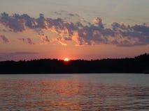 Un tramonto in arcipelago dal golfo di Finlandia immagini stock libere da diritti