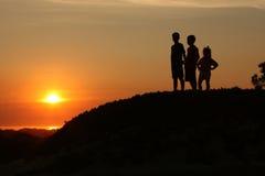 un tramonto dei 2 bambini Immagini Stock Libere da Diritti
