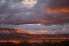 Un tramonto del New Mexico con le montagne e le nuvole Fotografia Stock Libera da Diritti
